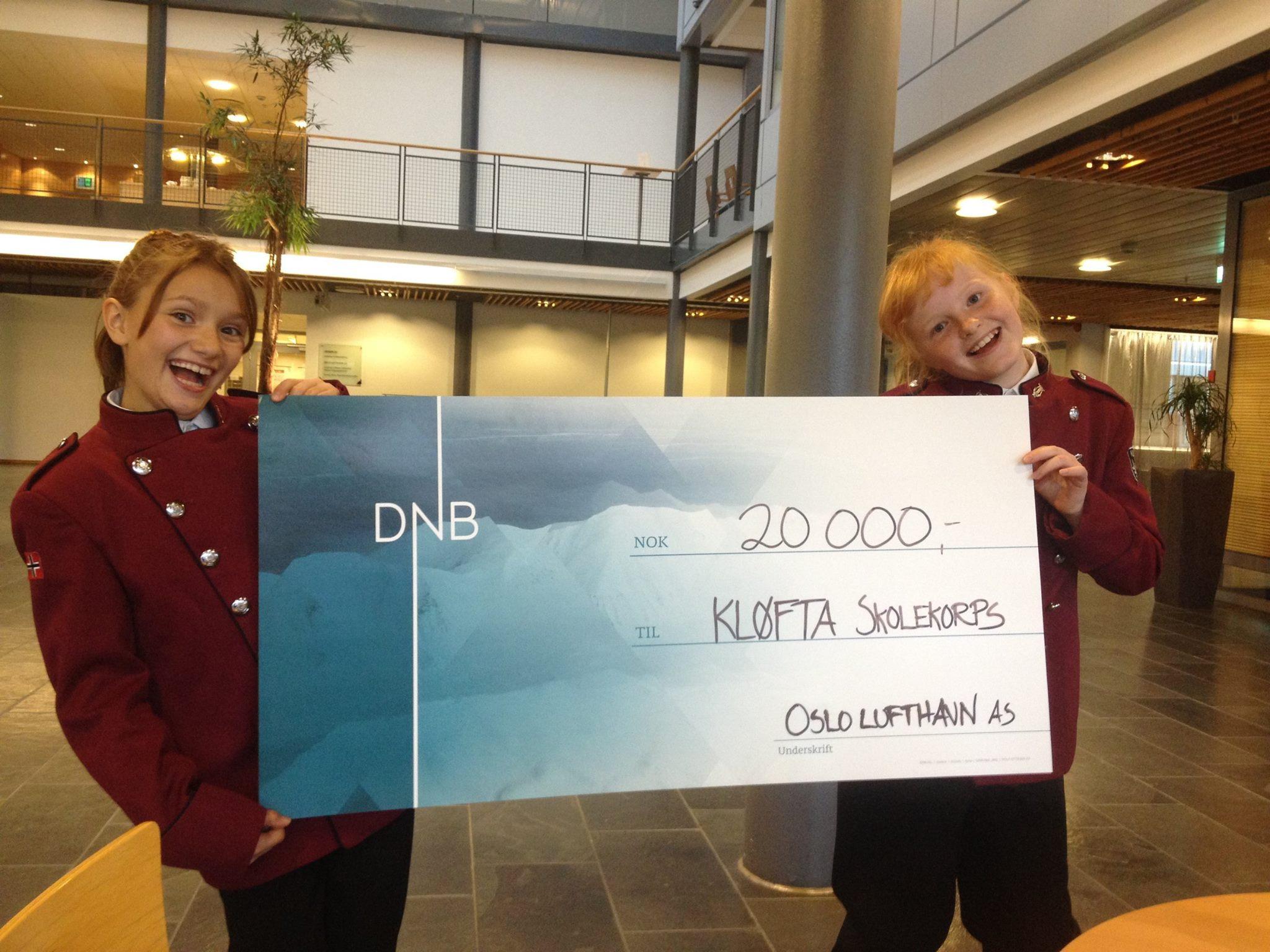 Juni og Thea mottar 20 000 fra OSL.jpg