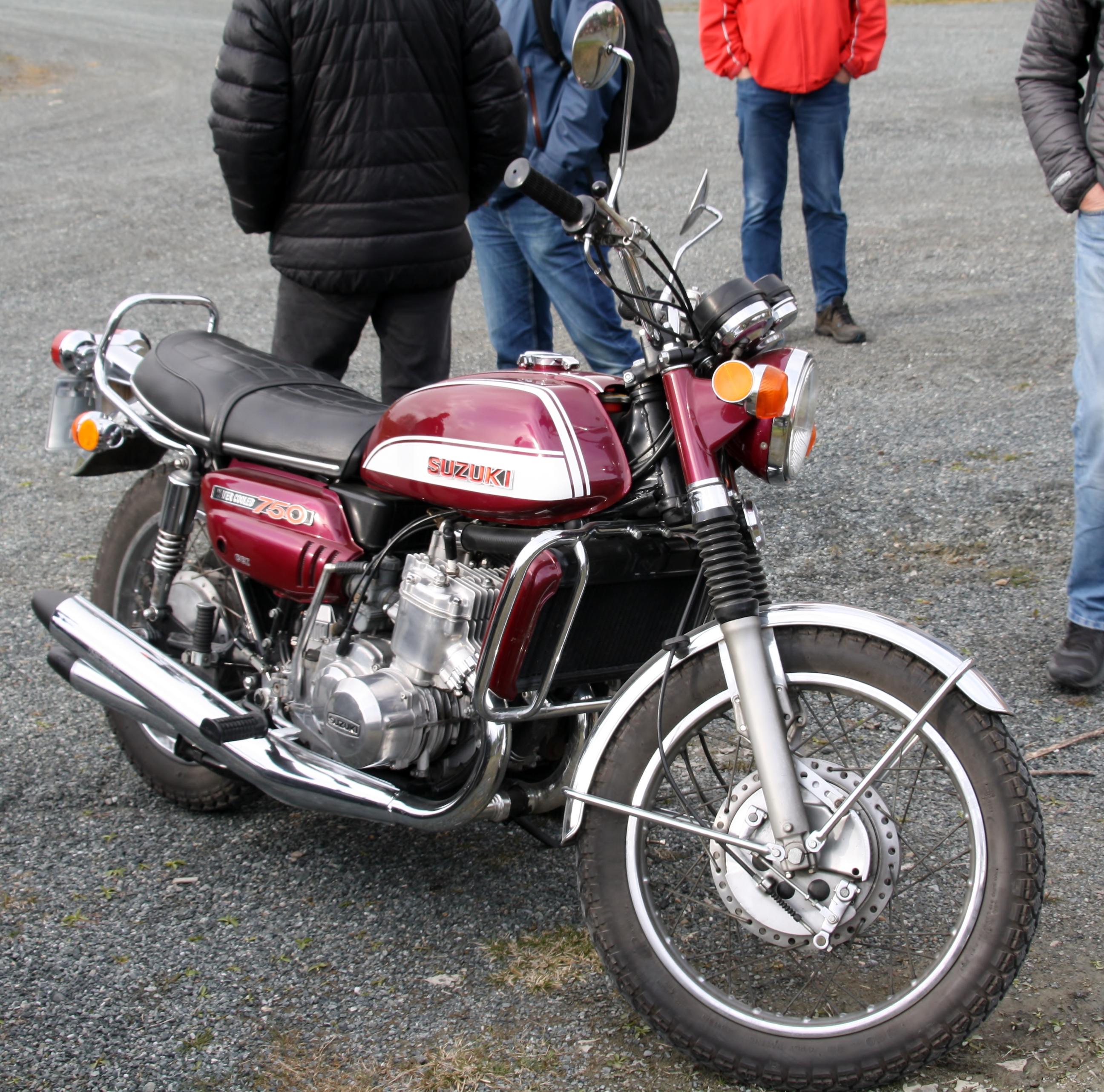 Suzuki 750 (2).JPG