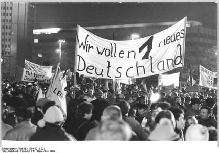 Bundesarchiv_Bild_183-1989-1211-027_Leipzig_Montag