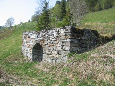 Gamle fjøsmurer Hoston