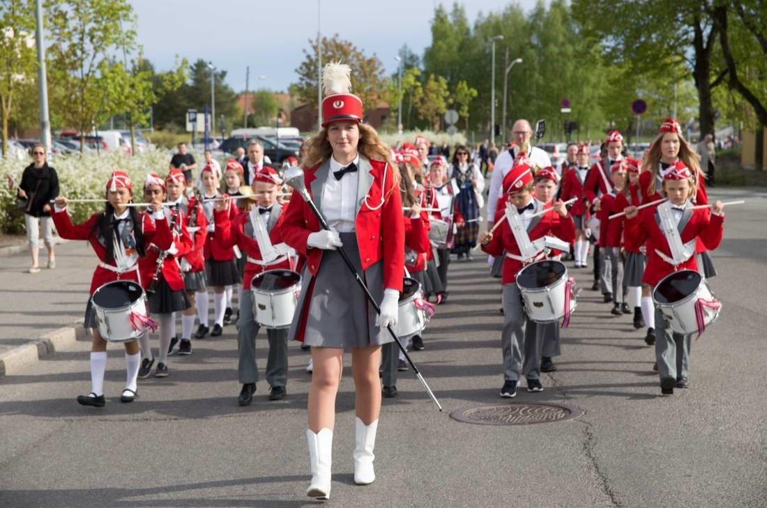 Huseby Skoles Musikkorps marsjerer 2016.jpg