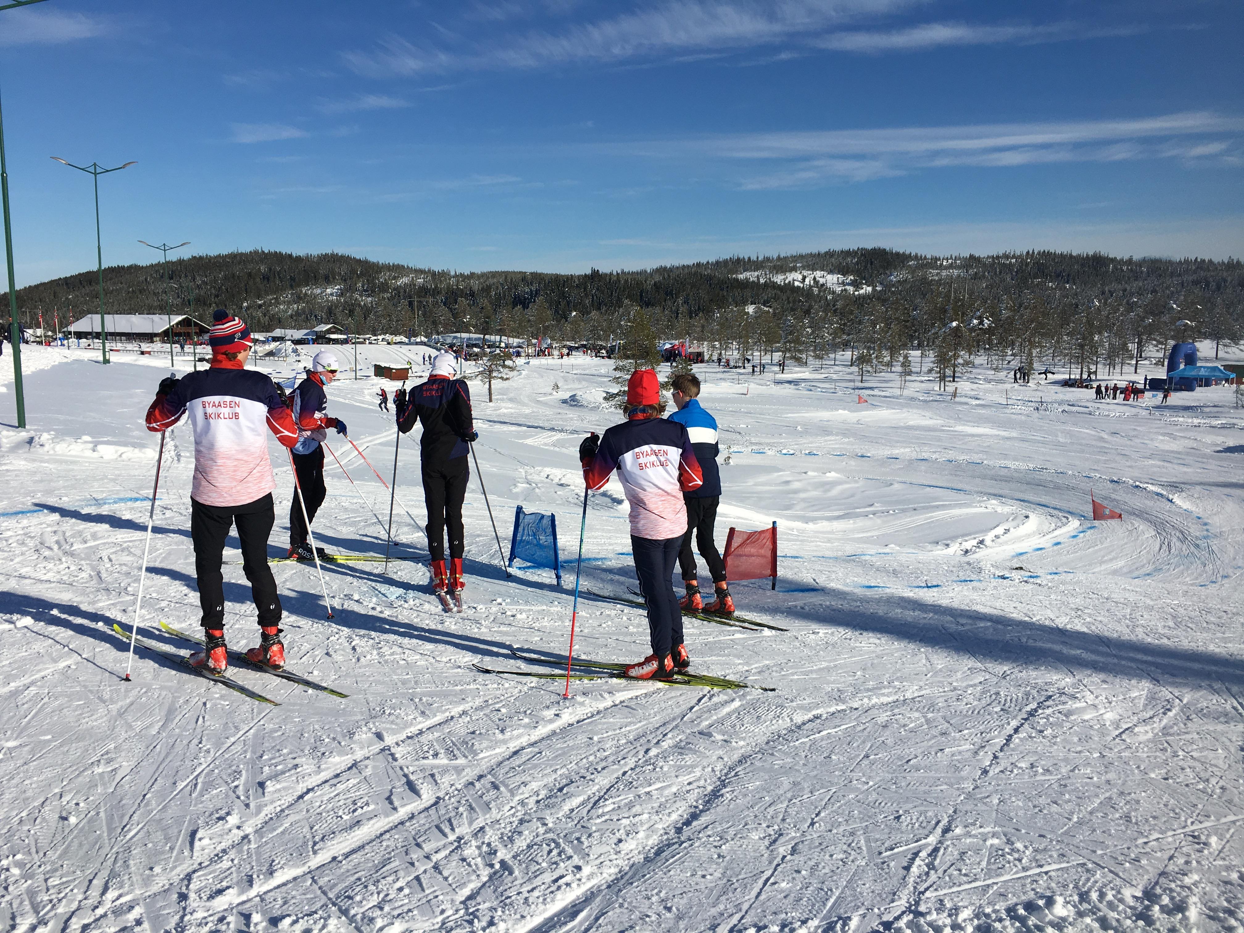 gruppe løpere i klubbklær skicrossløype.JPG