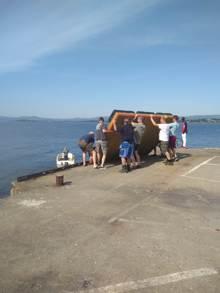 Med stor dugnadsinnsats kom badeflåten på plass på Hornstranda.