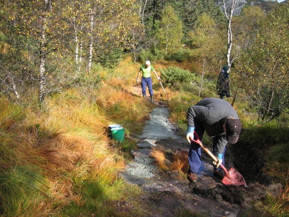 Dugnadsgjengen i arbeid på stien mellom Blåmansvei