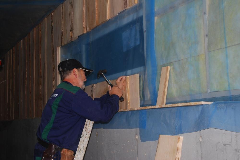 Ingolf setter opp egenprodusert panel..jpg