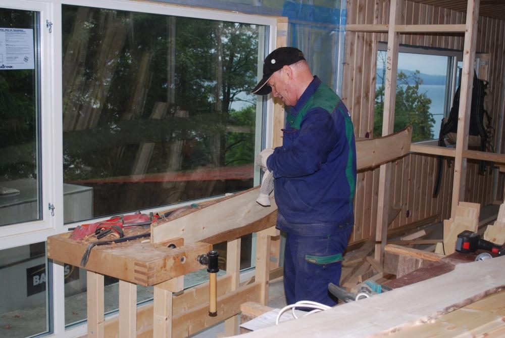 Robin fjerner bark med nennsom hånd..jpg