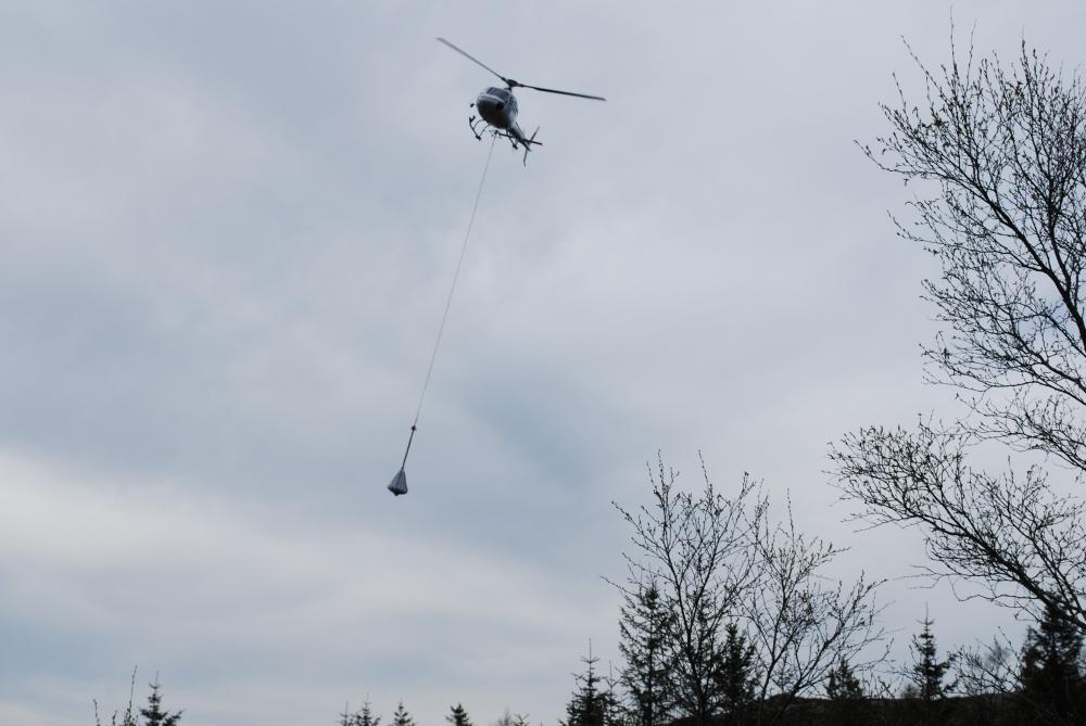Mot Fjellhytten . Helikopter transport med grus. 2