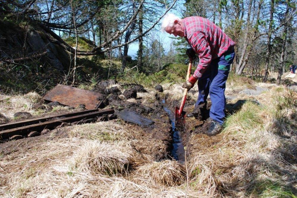Mot Fjellhytten . Våte myrer grøftes 20.mai.jpg
