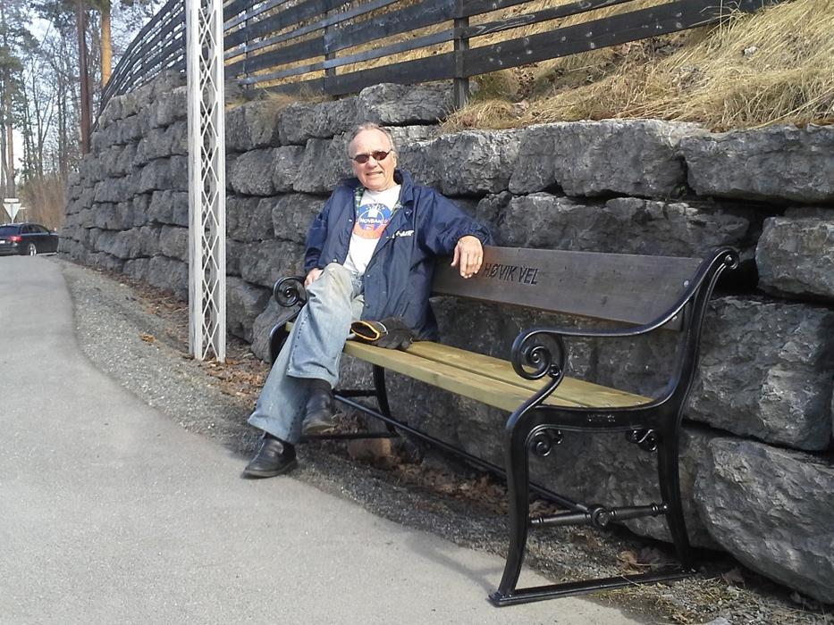 Kjell Lunde, primus motor for benker og strøsingelkasser i Høvik vel