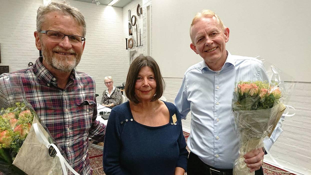 Foredragsholderne, reguleringssjef Kjell Seberg og varaordfører Ole Kristian Udnes, fikk velfortjente blomsterbuketter fra Bekkestua Vels styreleder Gry Thune Young.