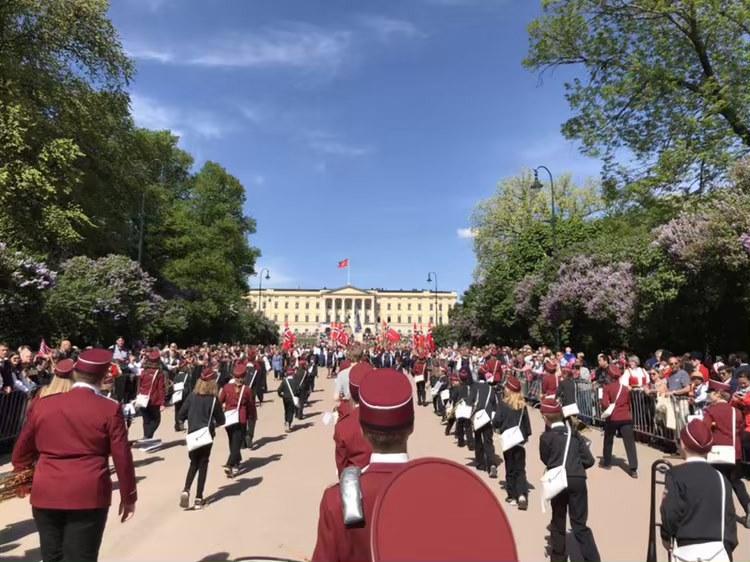 Taktfast marsj mot slottet.jpg