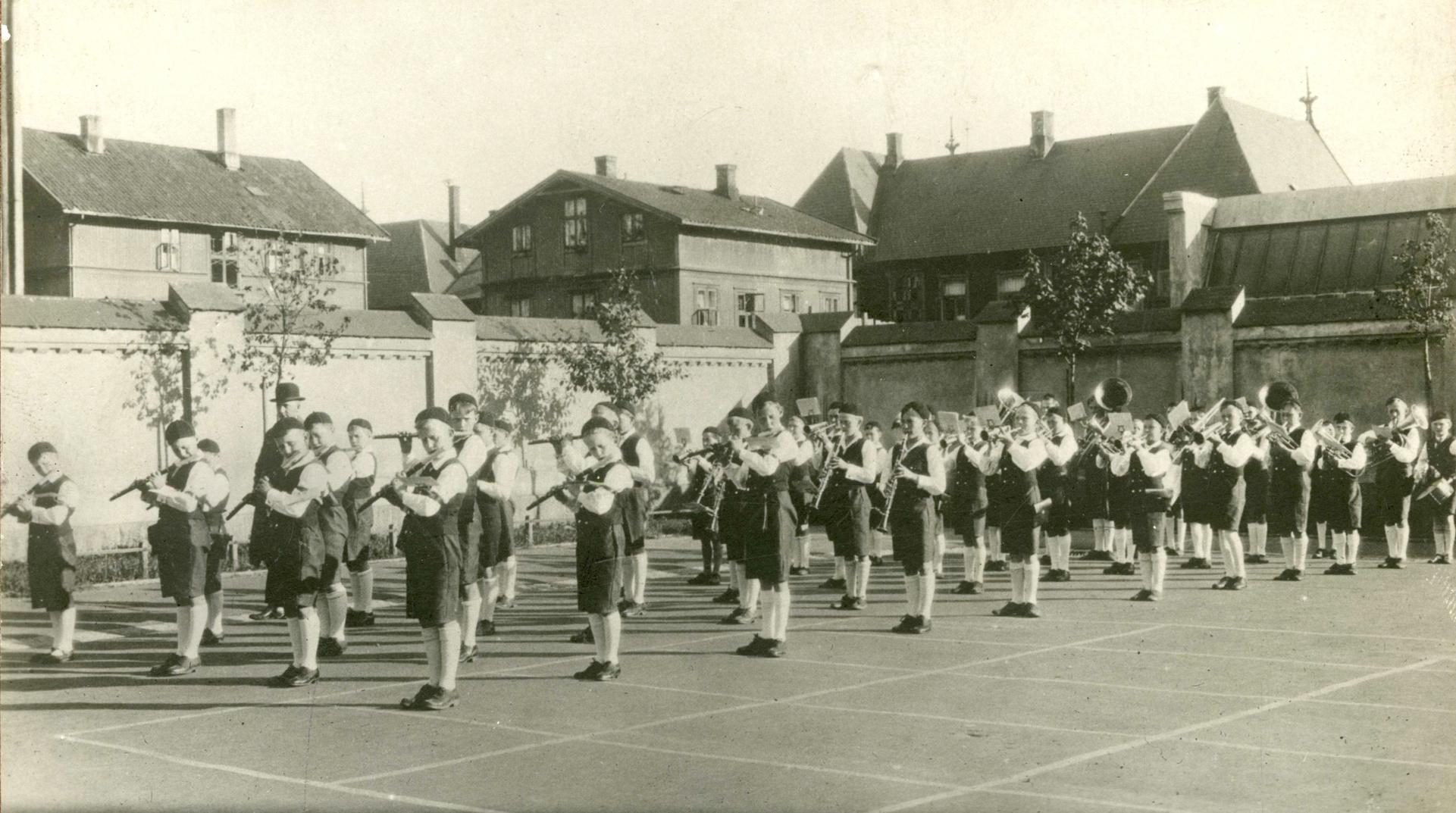 peikbilder_1931_skolegård.jpg