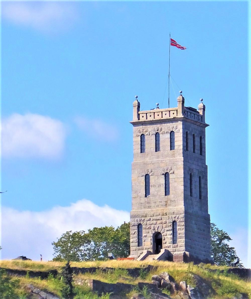 Slottsfjelltårnet sett fra Farmandstorget. (Foto V