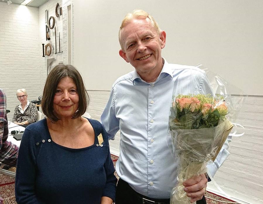 Fra vårt årsmøte: Foredragsholder Ole Kristian Udnes fikk blomster fra Bekkestua Vels styreleder Gry Thune Young