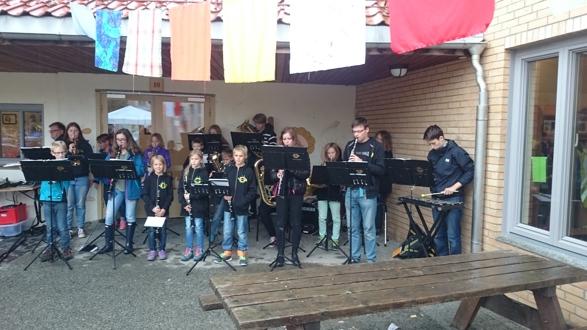 Huskonsert, og spill+drill ved åpningen av Vennskapsdagen 2015 på Jar skole.