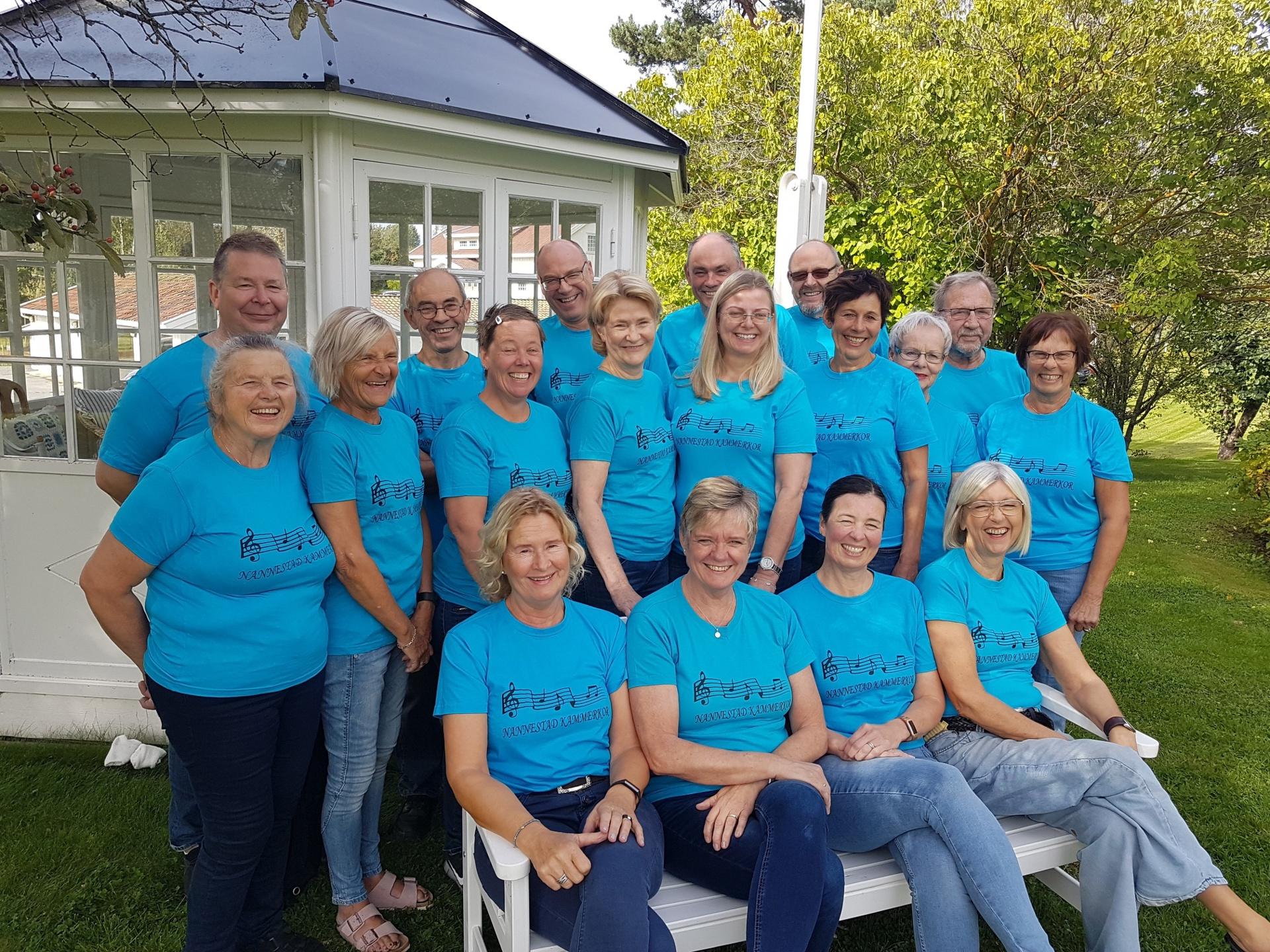 Kammerkoret - blå t-skjorter ute 4.jpg