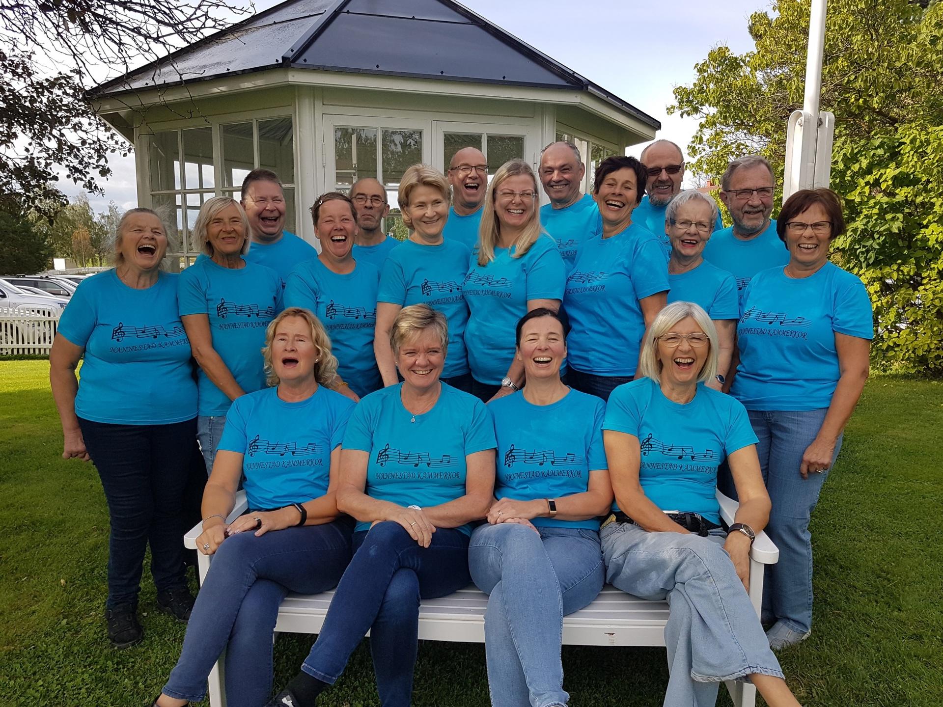 Kammerkoret - blå t-skjorter ute 3.jpg