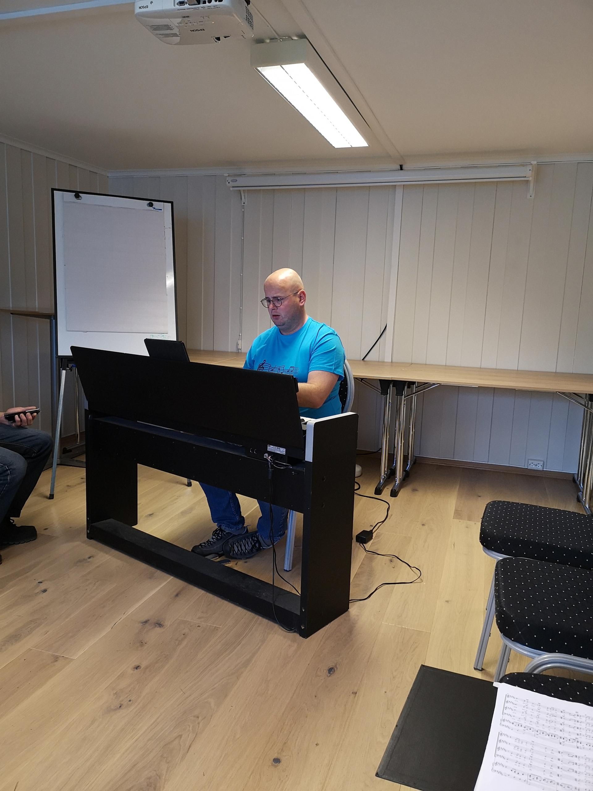 Michel bak pianoet 2.jpg
