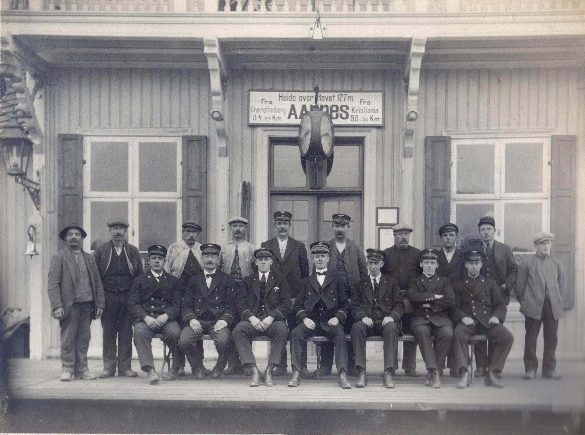 Ansatte ved Årnes stasjon.jpg