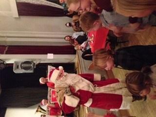 Og til slutt kom julenissen med godteposer til barna