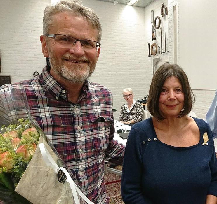 Kommunens reguleringssjef Kjell Seberg fikk blomster fra vel-leder Gry Thune Young for foredrag på forrige årsmøte.