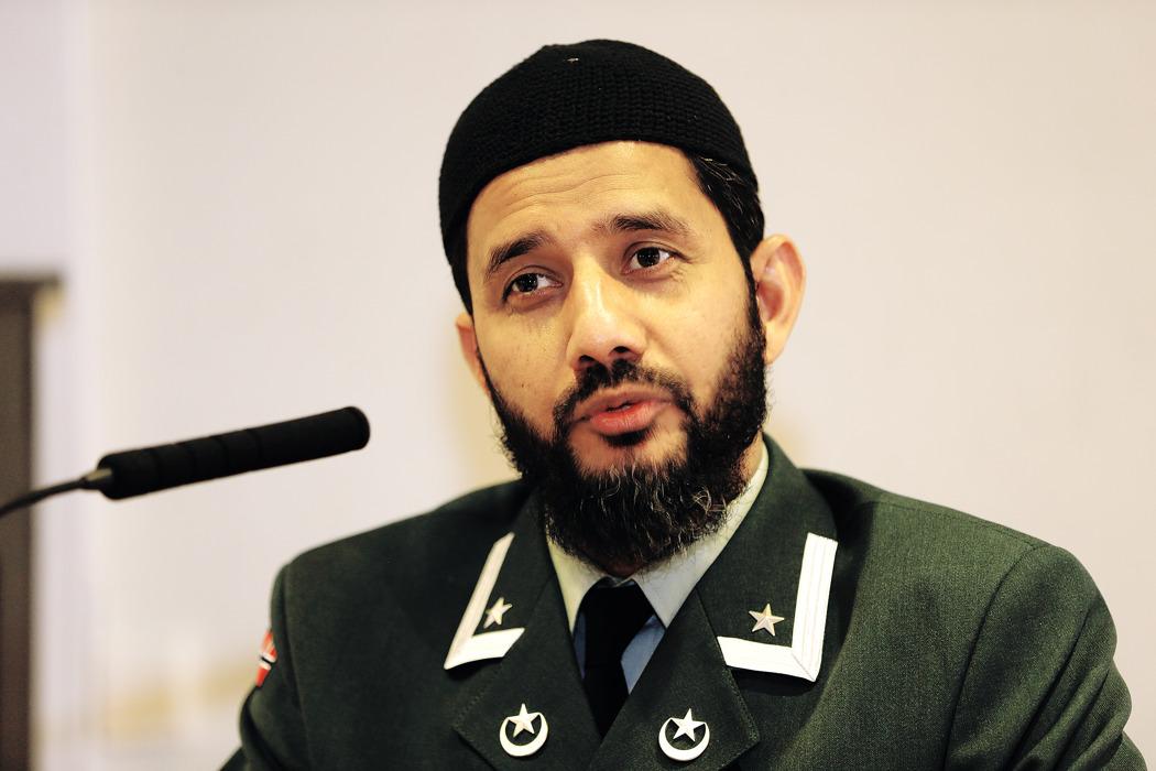Forsvarets første feltimam, Najeeb ur Rehman Naz under en seremoni på Akershus festning.jpg