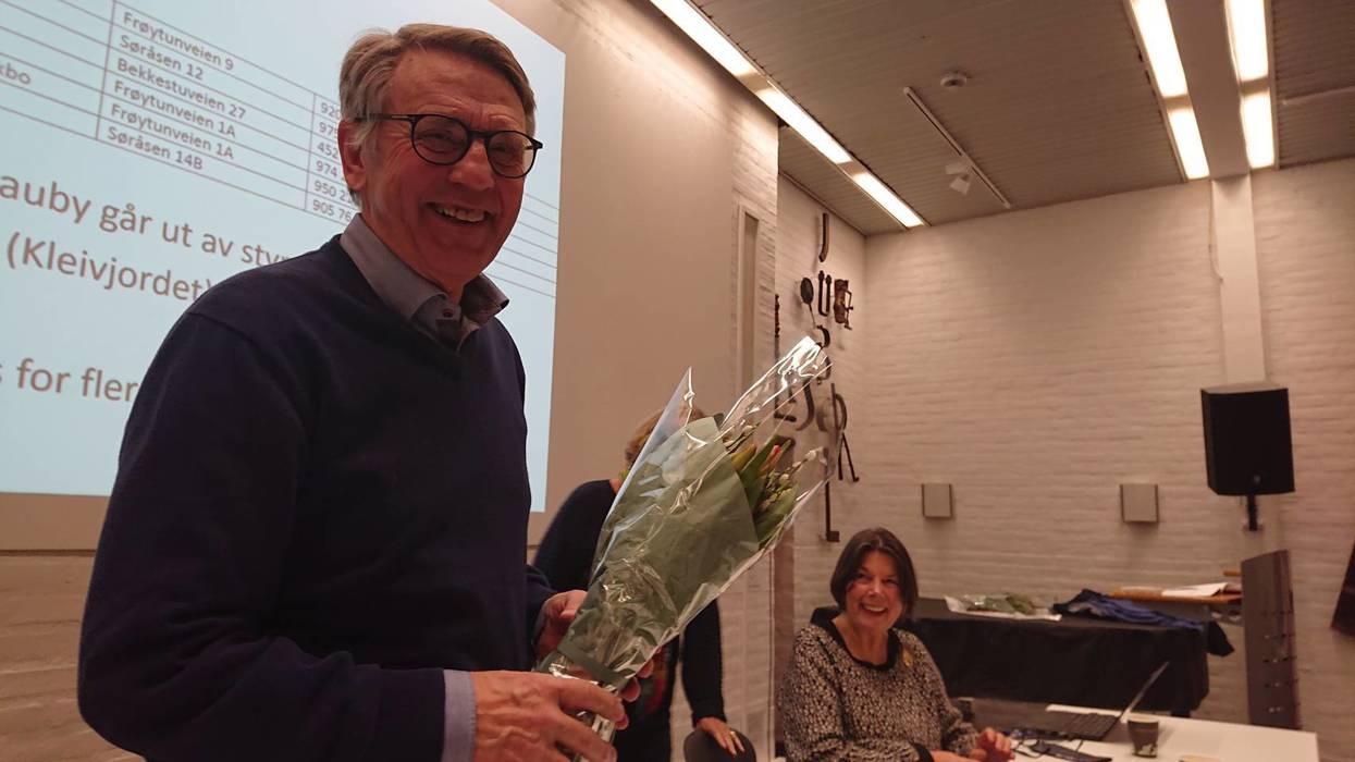 Avtroppende styremedlem Ragnar Skauby ble takket for innsatsen