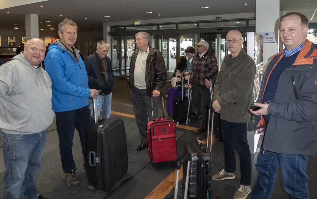Nesten alle i reisefølget i avgangshallen på Hjortneskaia.