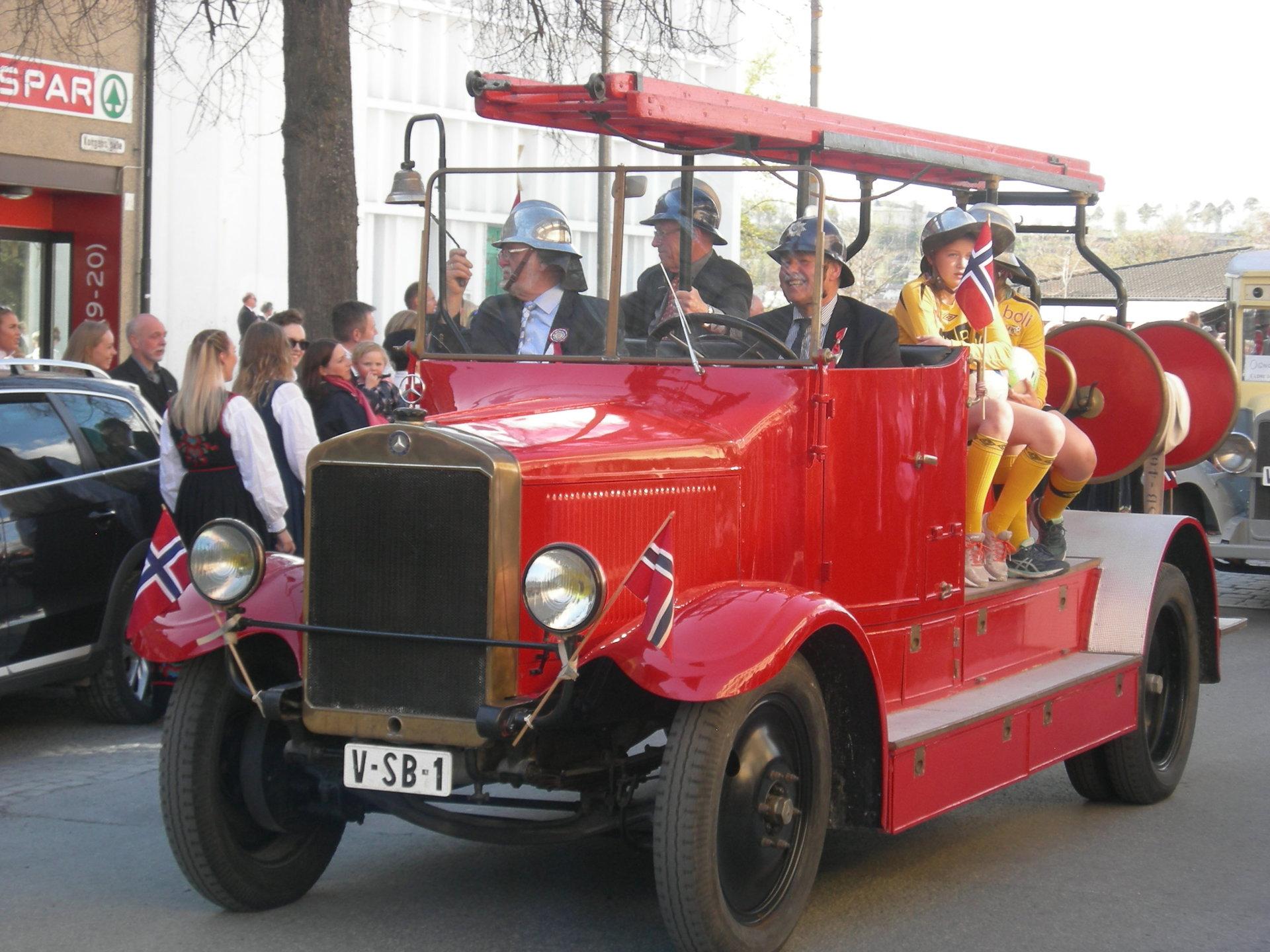 Brannbilen i 17.mai pynt