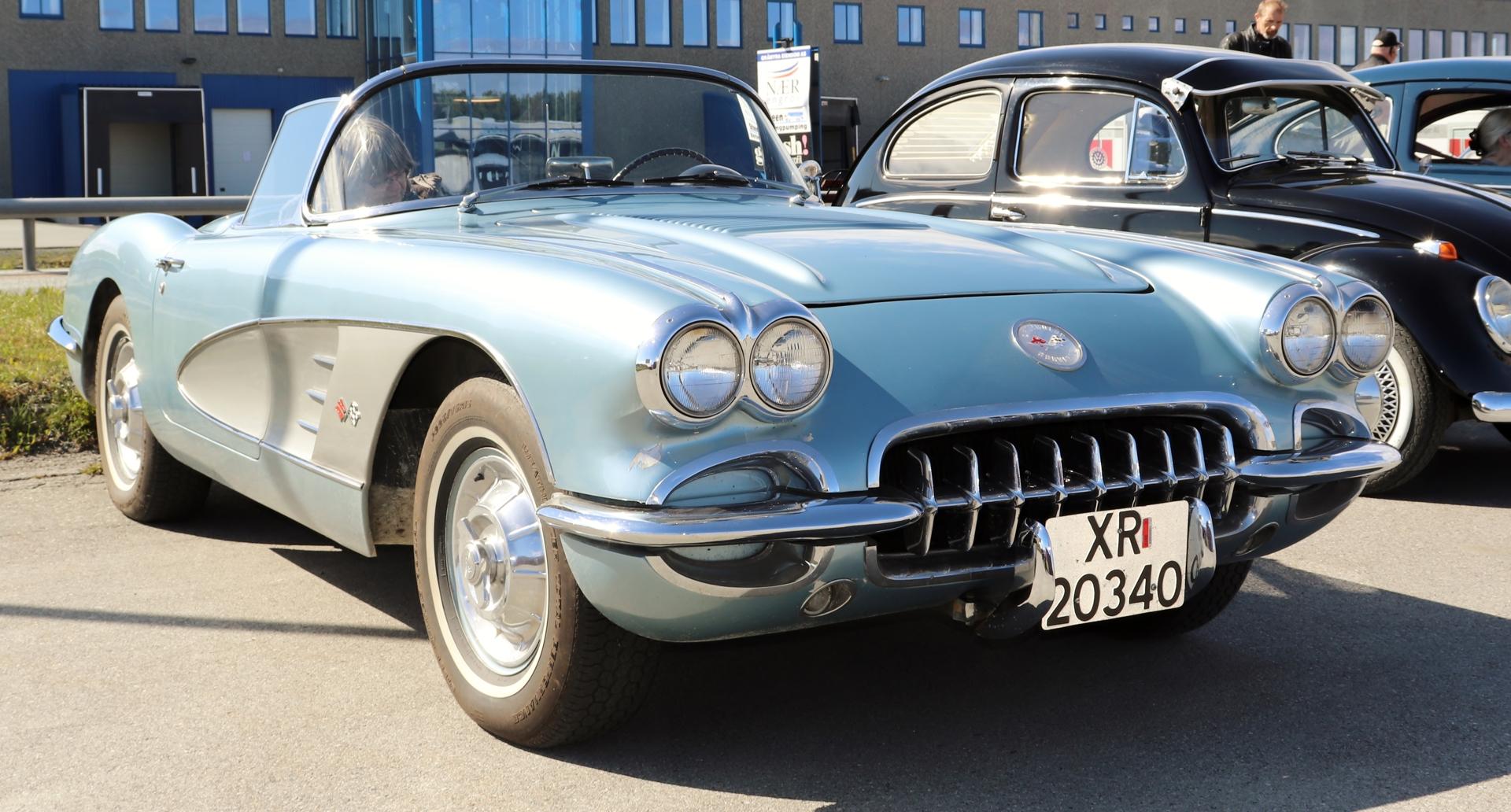2 Chevrolet Corvette 1958.JPG