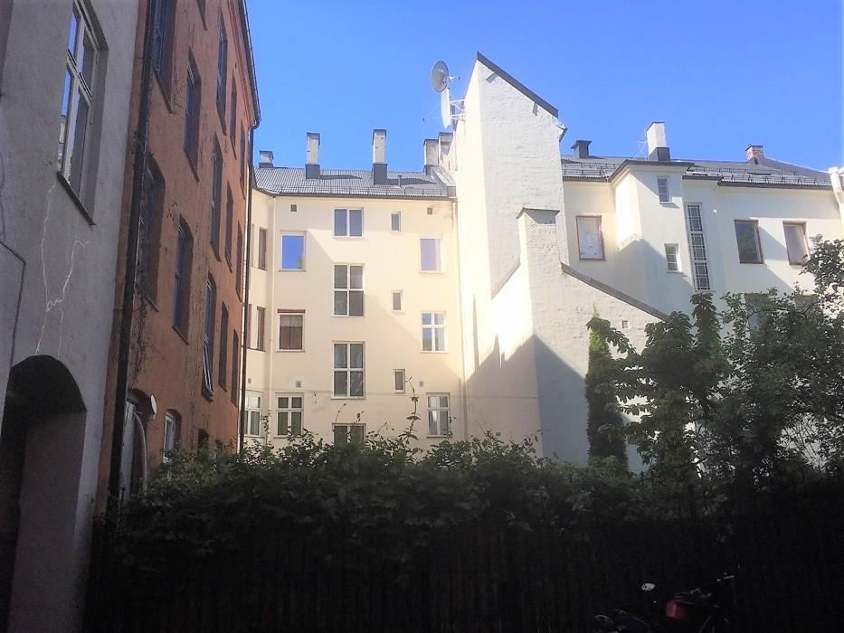 Bakgården til Motzfeldtsgt mai 2020. Nr. 14 til venstre, nr 12 (det røde bygget) rett fram Urtegt 22.jpg