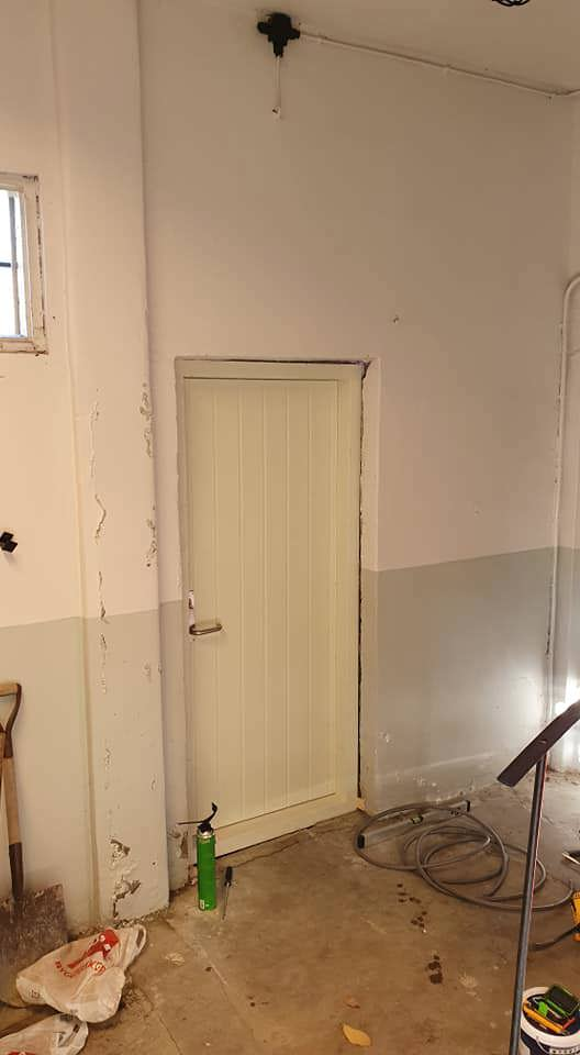 003 Døren klar for fjærning.