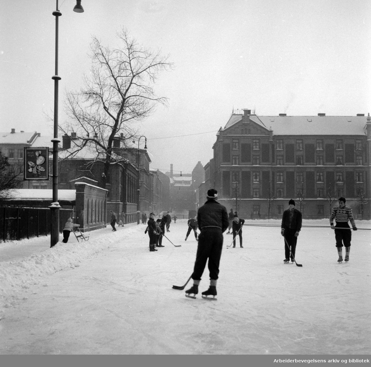 Ishockey på Rudolf Nilsens plass 1955.jpg
