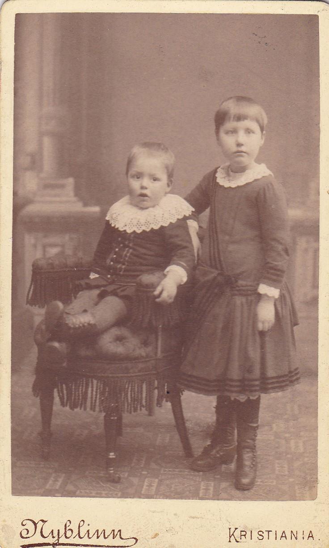 Olga Nancy ca 6 år og Hans Martin ca 1889.jpg