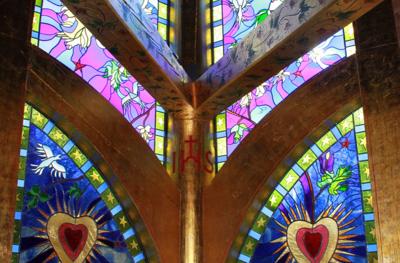 Lyskapellet har glassmosaikk tegnet av kunstneren Ferdinand Finne, etter visjon av Kirsten Rostbøll.