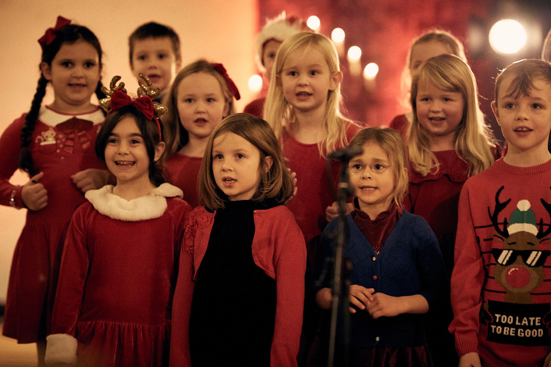 HusebySkolekor_RøaKirke_Førsteklasse__B5D0186_Foto