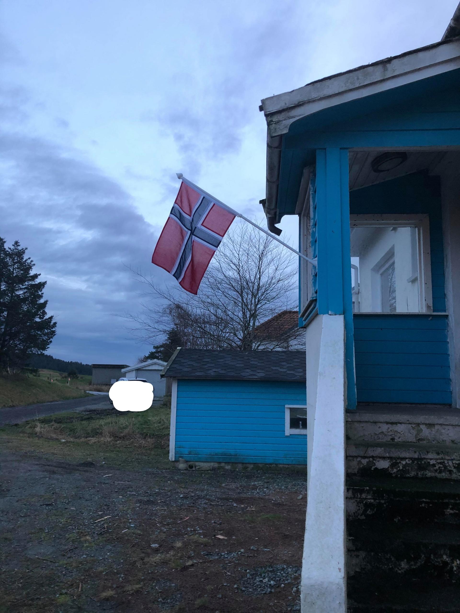 Veteranhuset Hårfagre, flagg ute og åpent inne.jpg