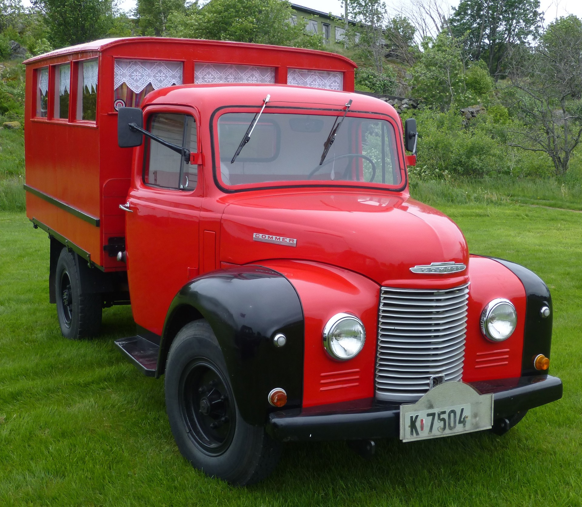 1955 Commer last med hus for passasjerer på planet