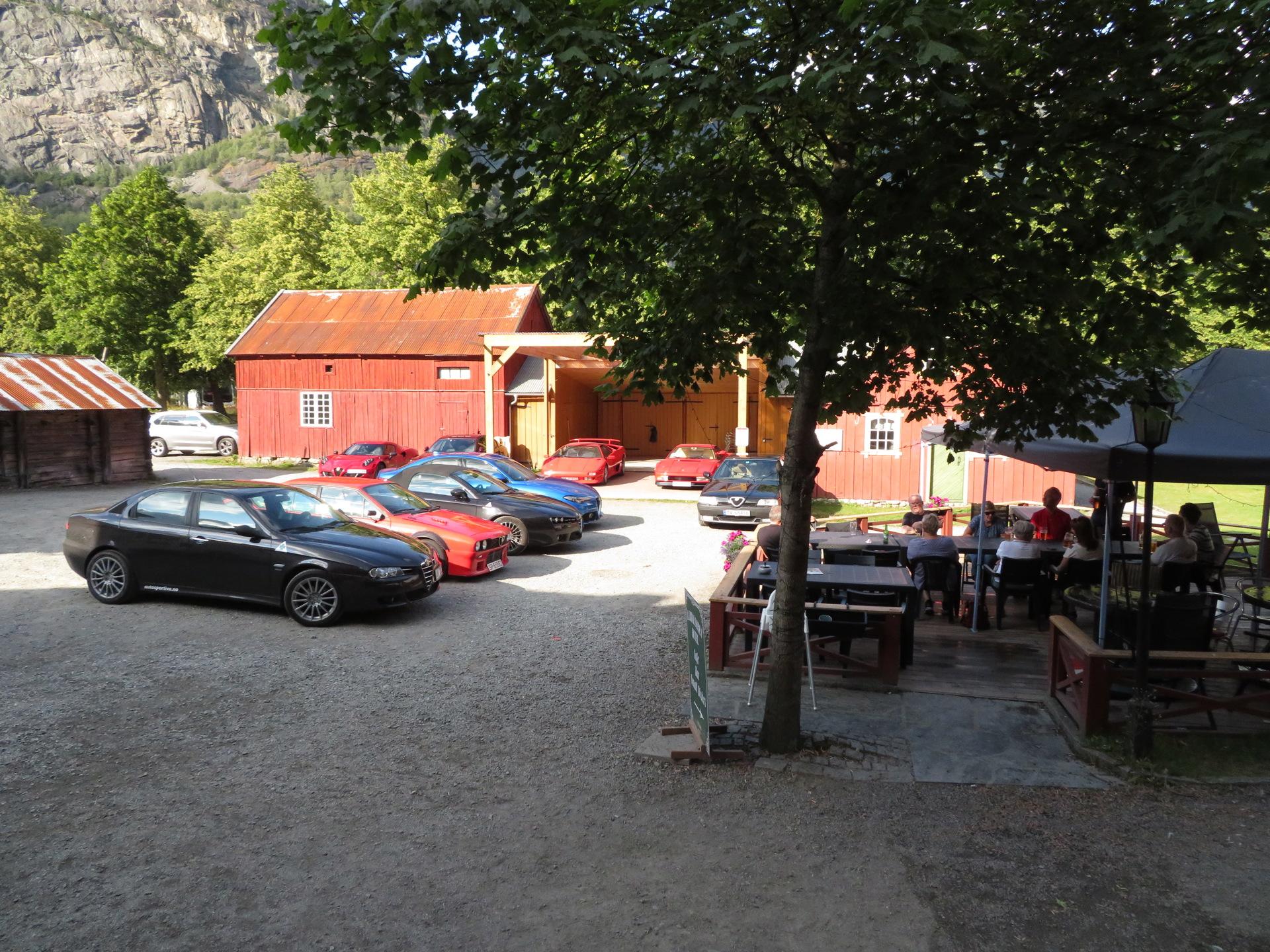 Biler i bakgården Lærdalsøren hotell (1).JPG