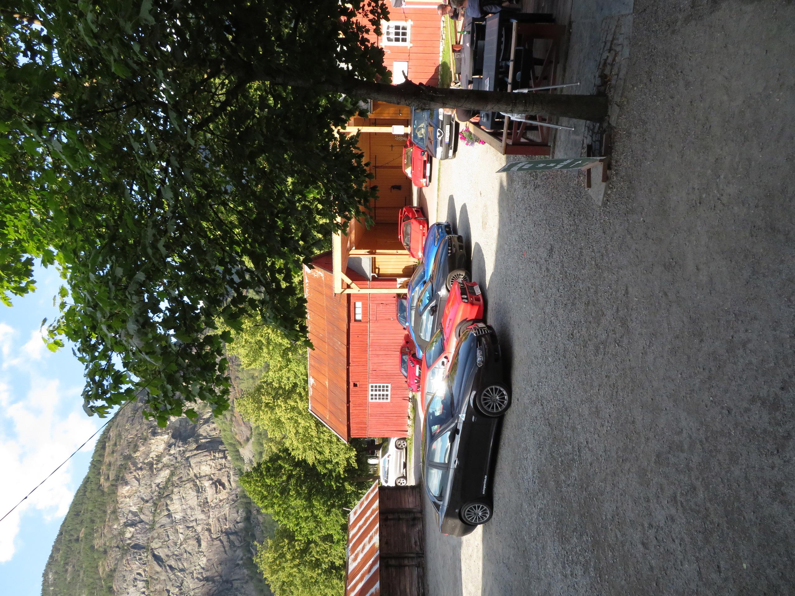 Biler i bakgården Lærdalsøren hotell (2).JPG