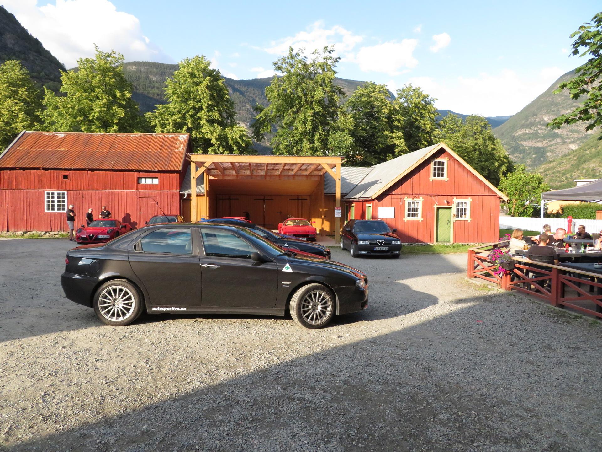 Biler i bakgården Lærdalsøren hotell (4).JPG