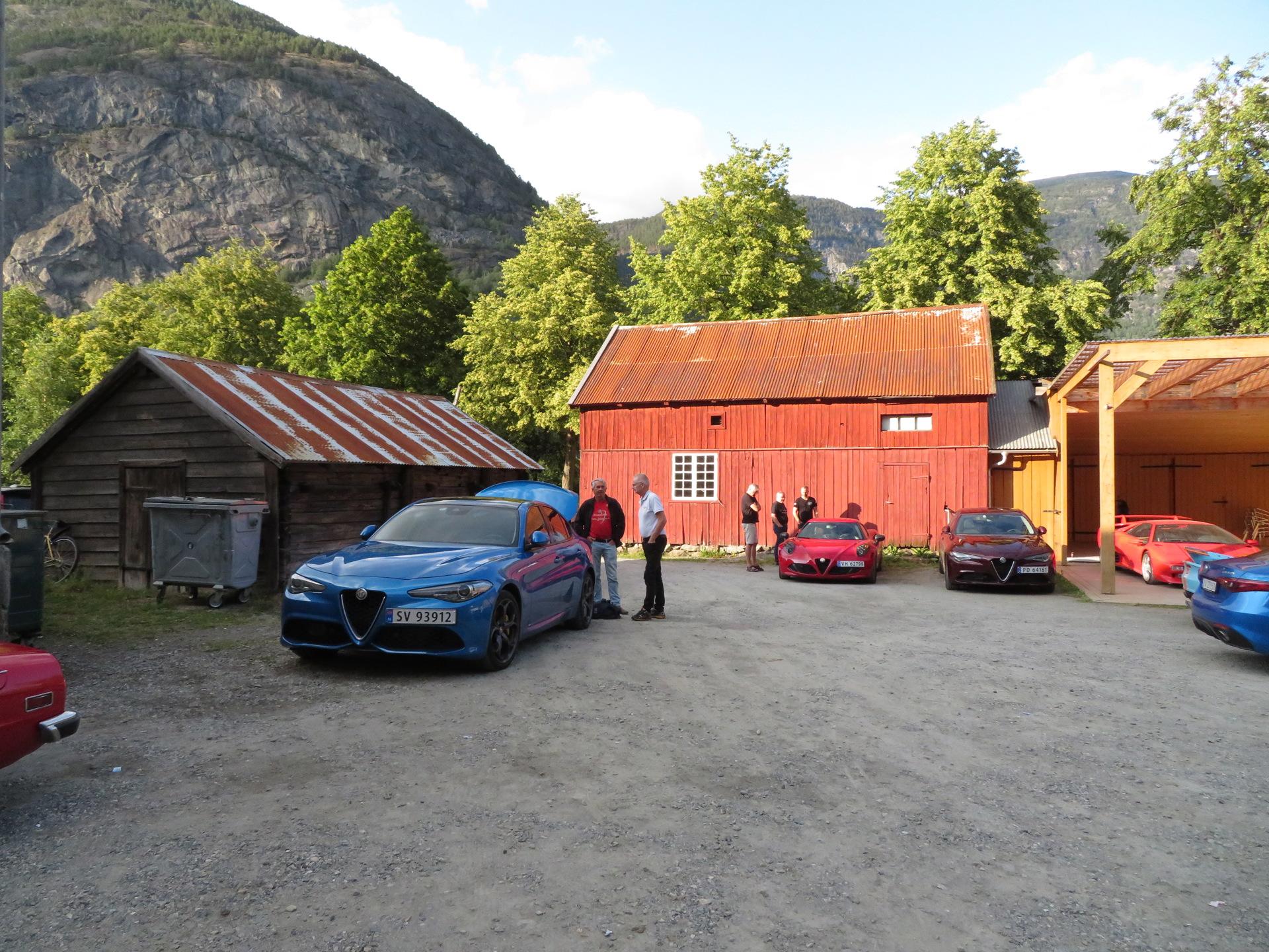 Biler i bakgården Lærdalsøren hotell (5).JPG