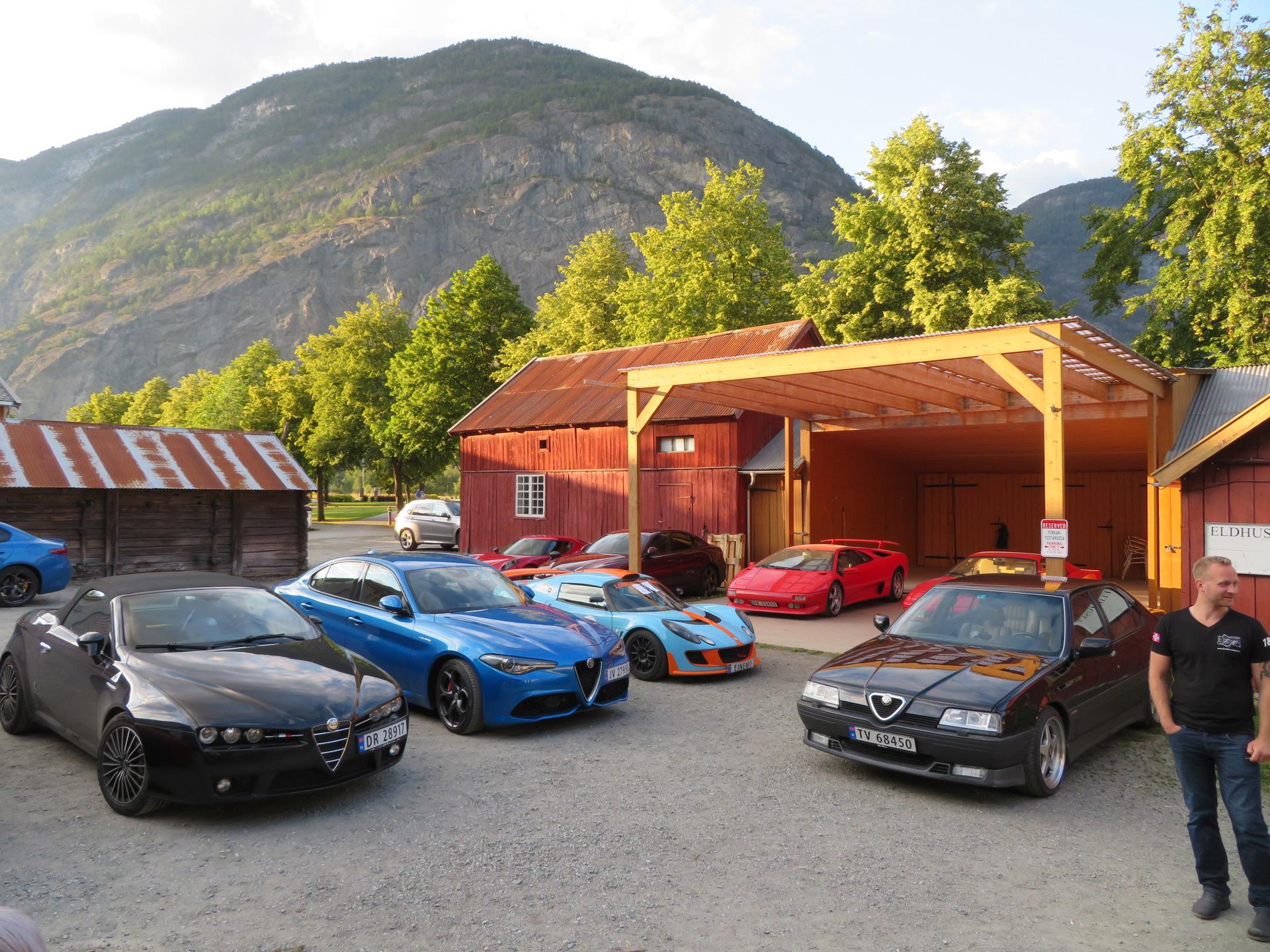 Biler i bakgården Lærdalsøren hotell (21).JPG