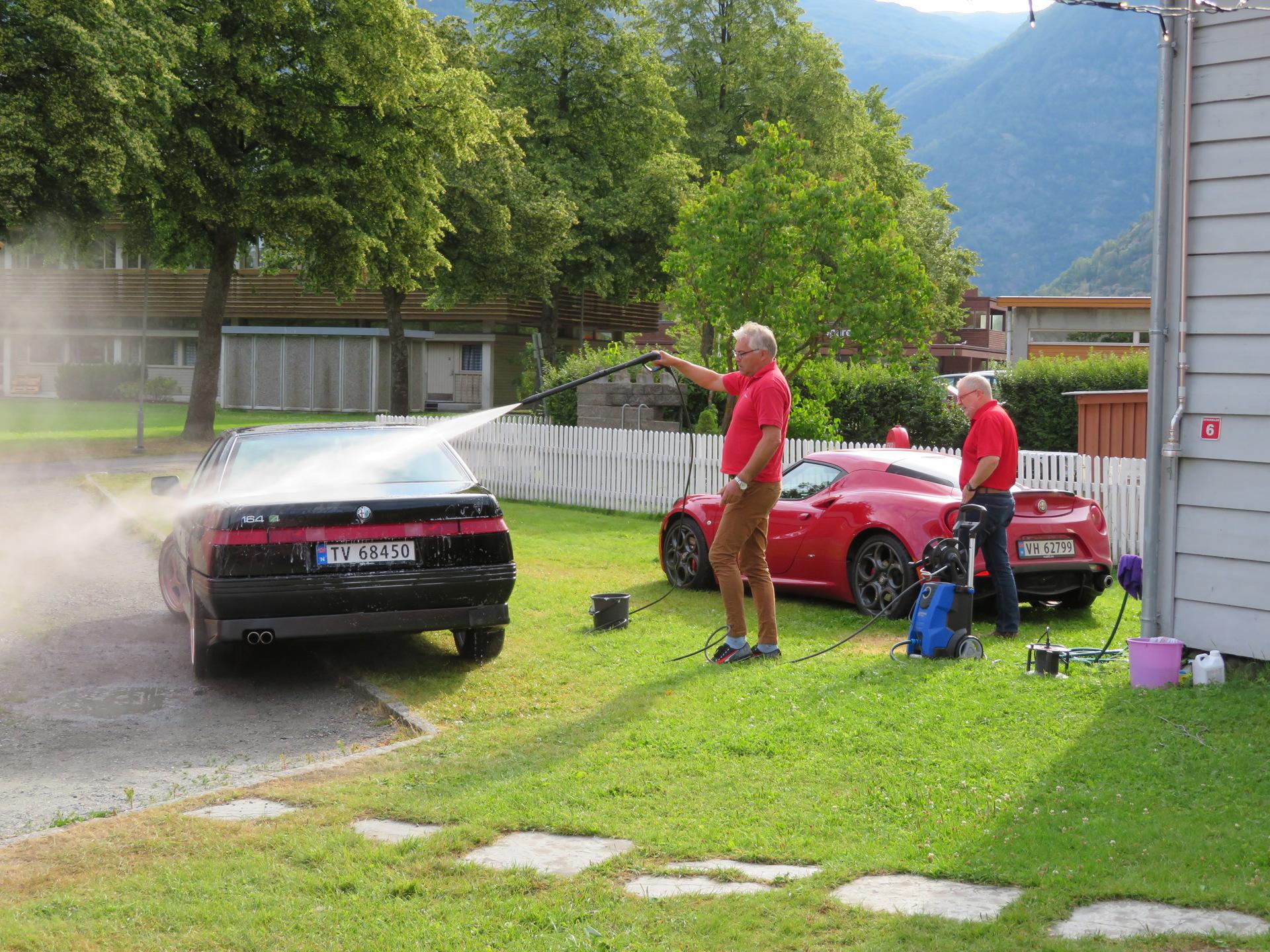 Bilvask i bakgården til Lærdalsøren hotell (4).JPG
