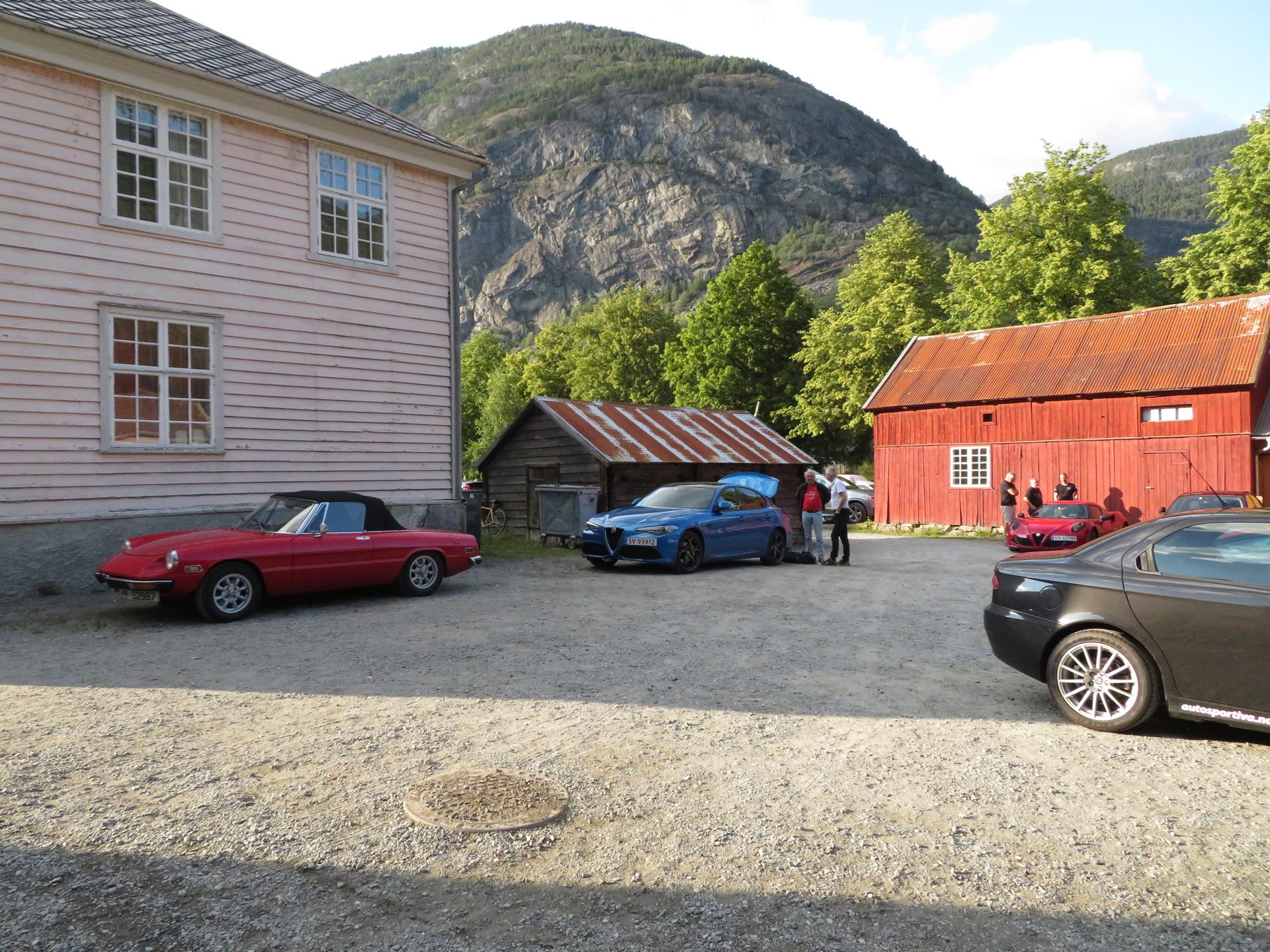 Biler i bakgården Lærdalsøren hotell (3).JPG