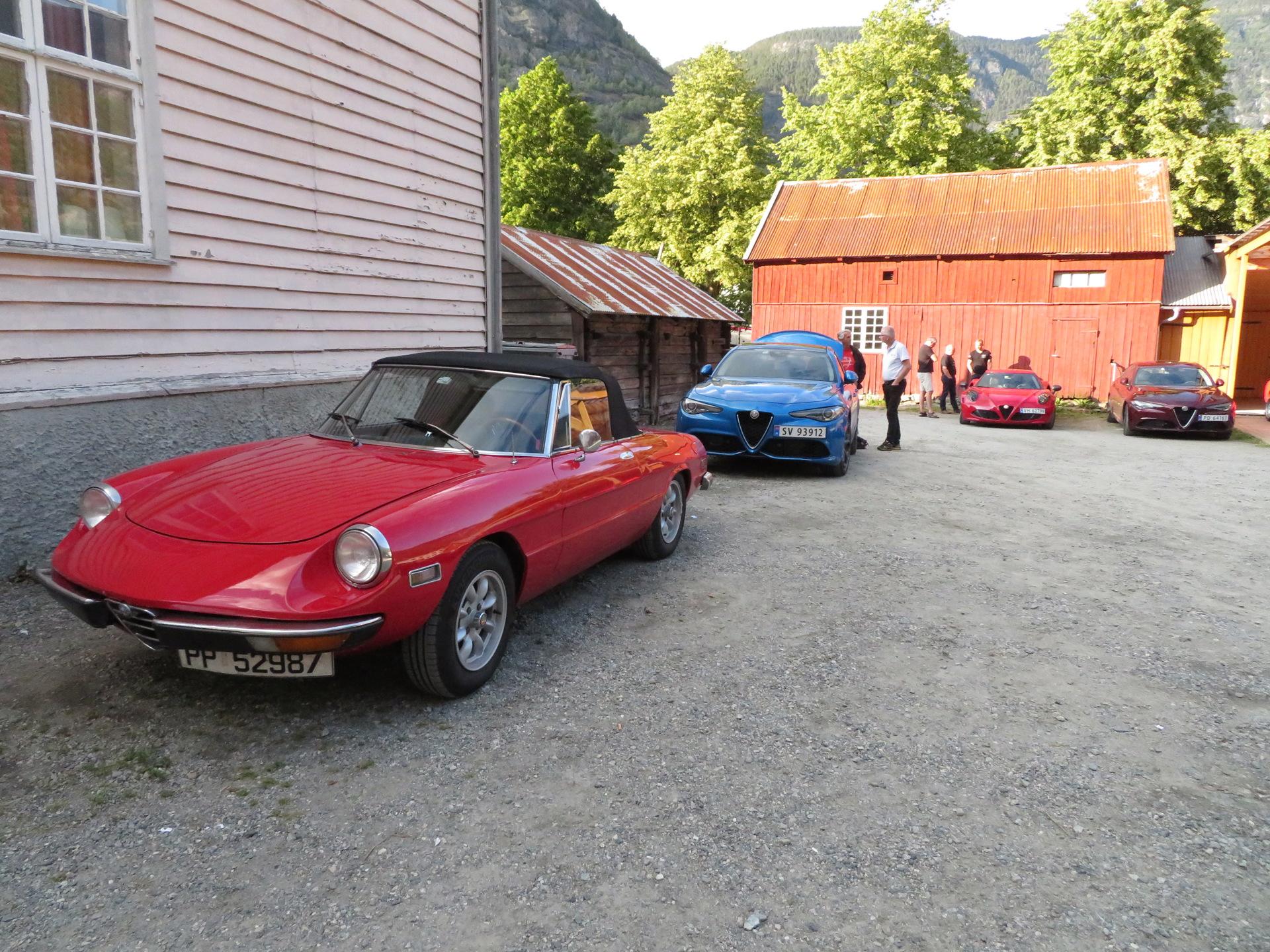 Biler i bakgården Lærdalsøren hotell (6).JPG