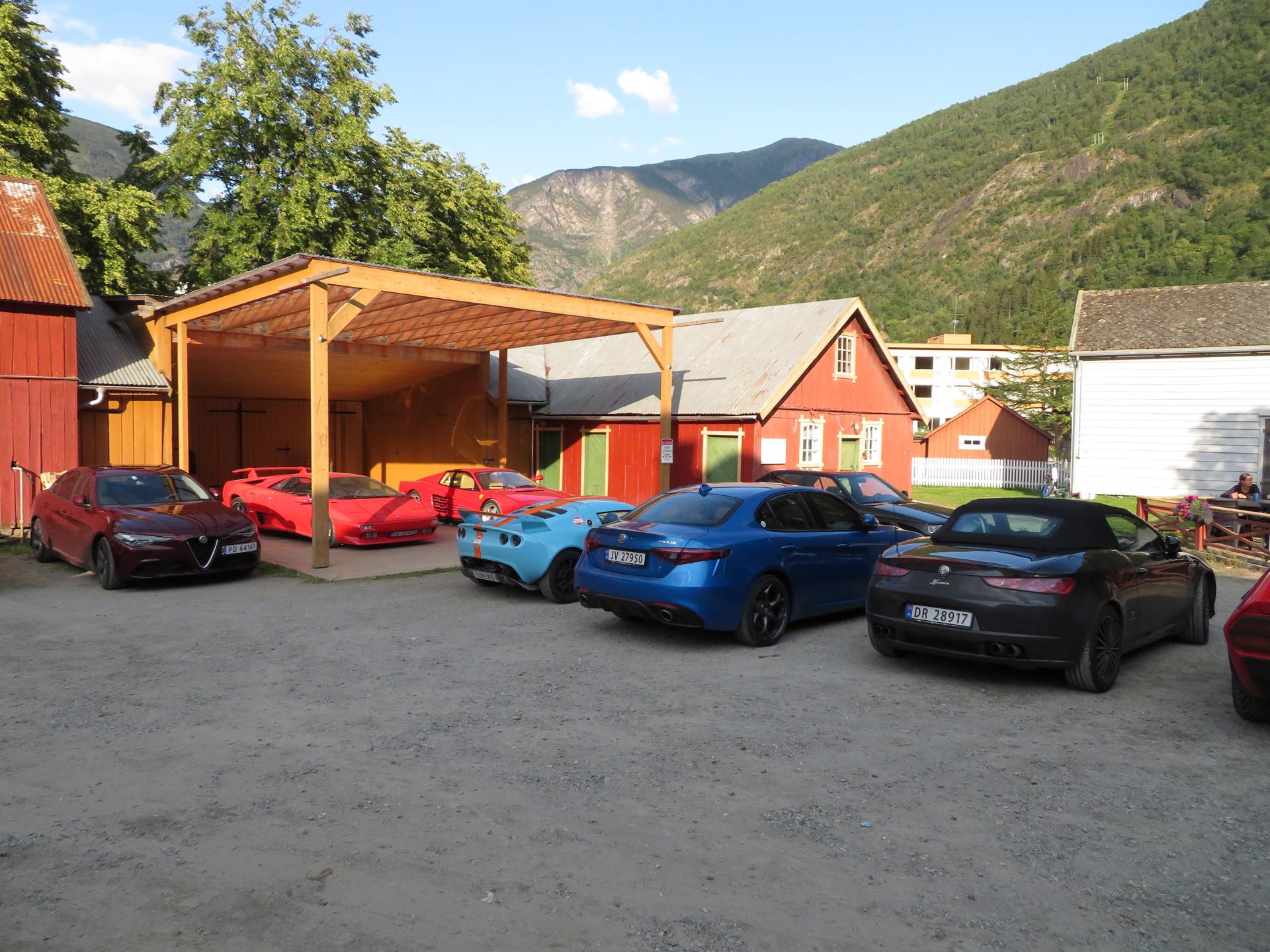 Biler i bakgården Lærdalsøren hotell (7).JPG