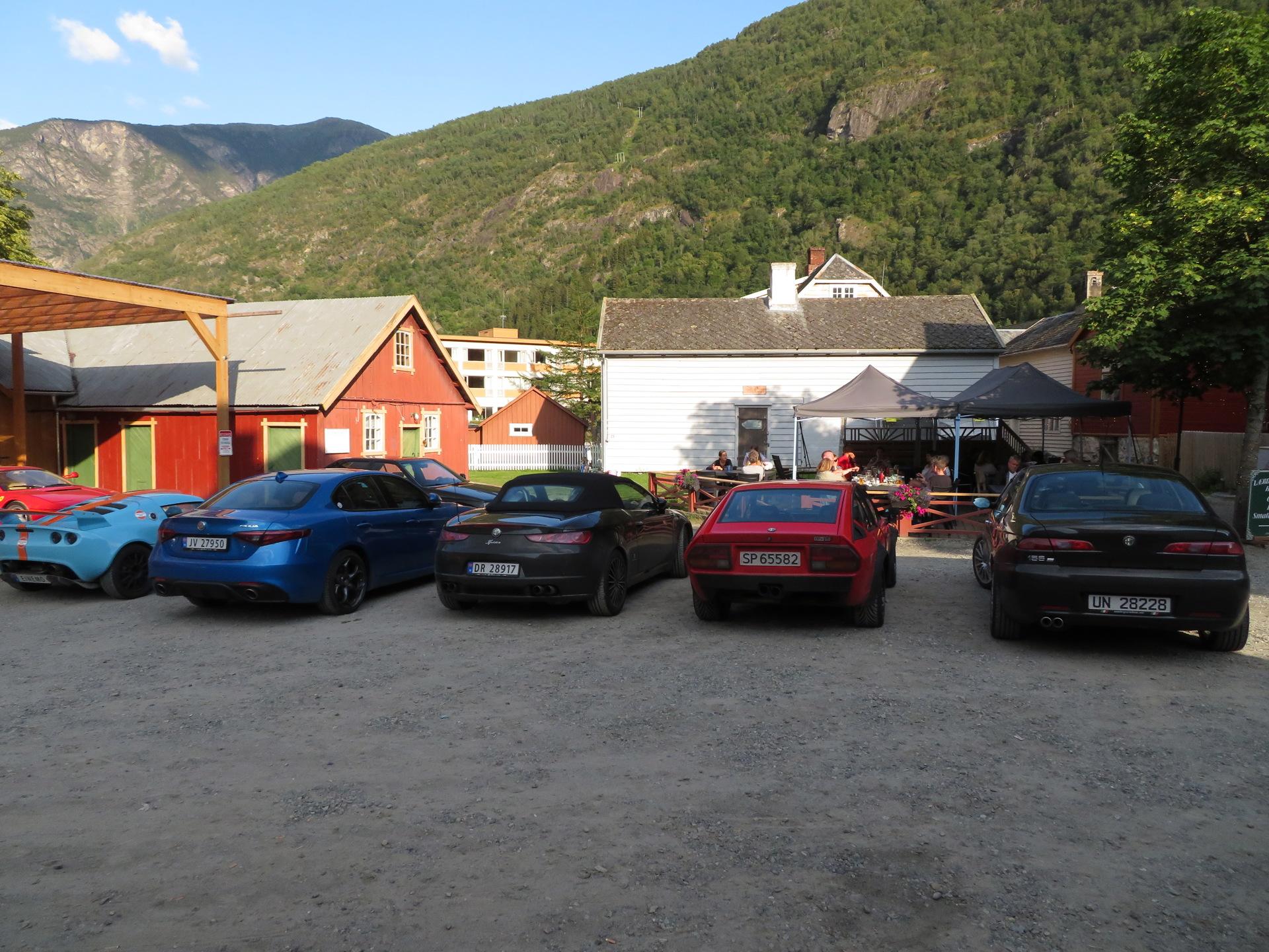 Biler i bakgården Lærdalsøren hotell (8).JPG
