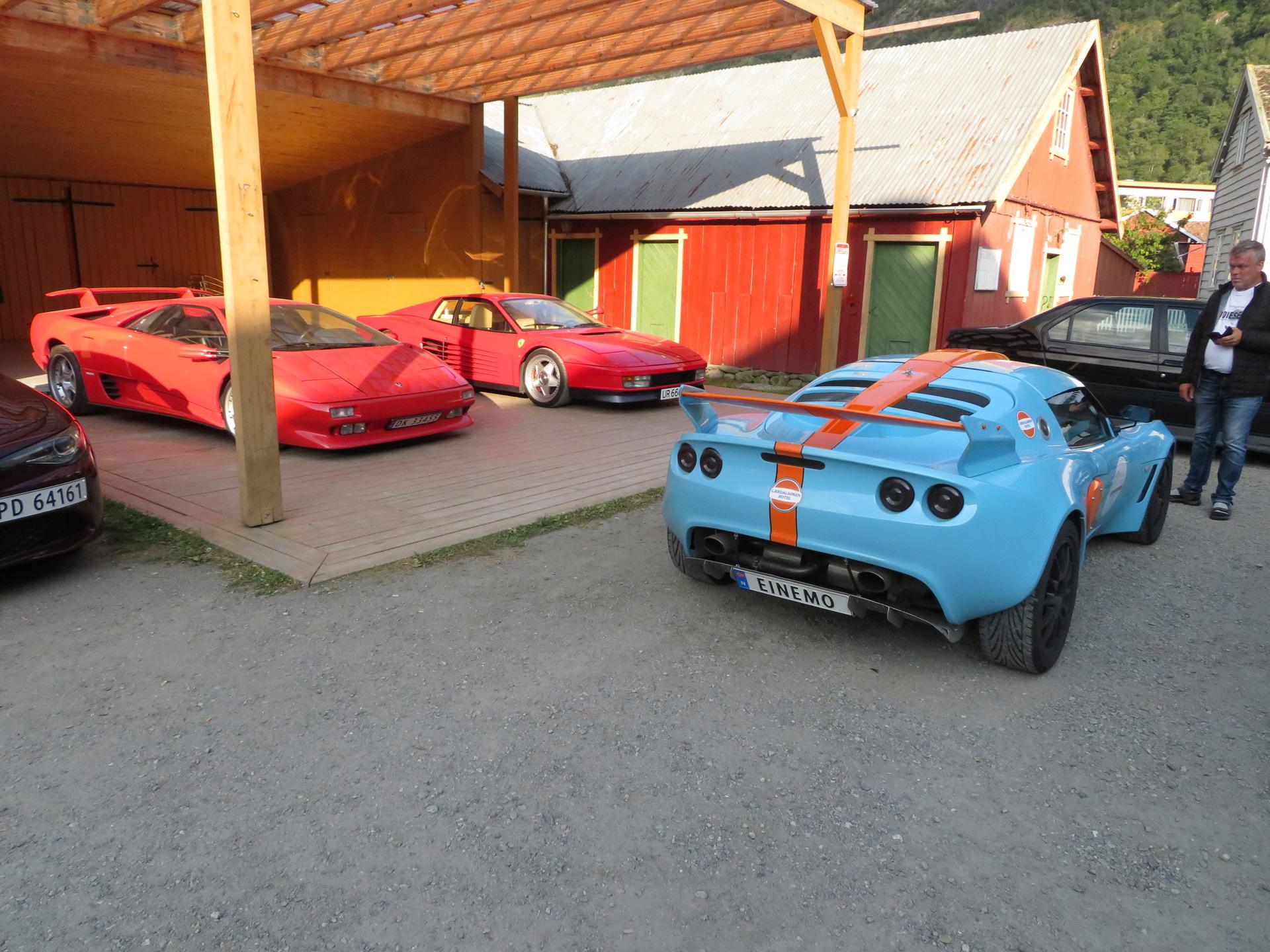 Biler i bakgården Lærdalsøren hotell (10).JPG