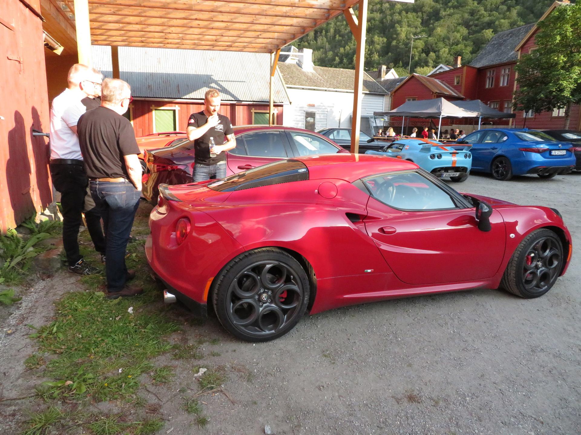 Biler i bakgården Lærdalsøren hotell (11).JPG